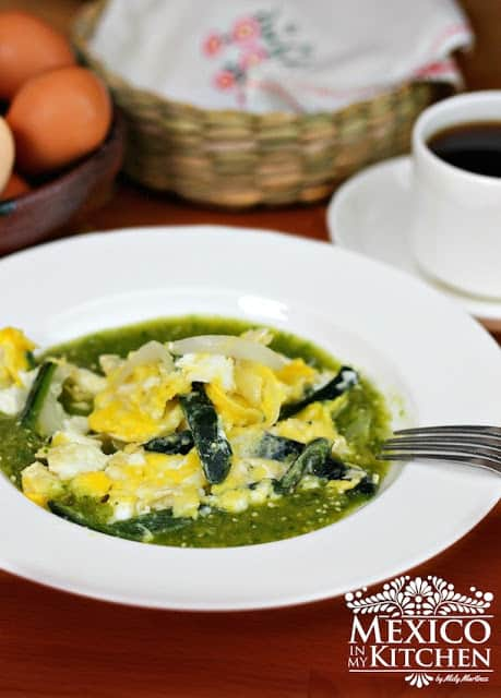 Pan Scrambled eggs with salsa verde mexican recipe